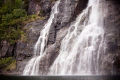 Waterval op de bank van Lysefjorden in Noorwegen Stock Fotografie