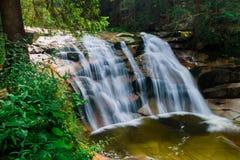 Waterval op de kreek Mumlava dichtbij de stad Harrachov Royalty-vrije Stock Foto