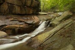 Waterval op de lente in het groene bos Royalty-vrije Stock Afbeeldingen
