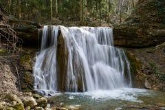 Waterval op een bergrivier met groene mos behandelde keien royalty-vrije stock afbeeldingen