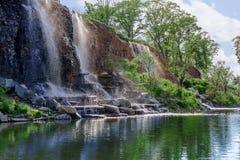 Waterval op een rots met plonsen en bezinningen royalty-vrije stock afbeeldingen