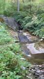 Waterval op gladde rotsen Stock Foto's