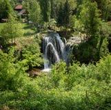 Waterval op Korana-rivier in dorp van Rastoke Dichtbij Slunj in Kroatië royalty-vrije stock afbeelding
