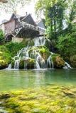 Waterval op Korana-rivier in dorp van Rastoke Dichtbij Slunj in Kroatië stock foto's
