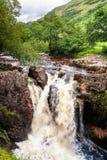Waterval op rivier in Glen Nevis, Schotland Stock Foto's