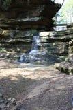Waterval op rotsen Stock Afbeelding