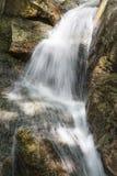 Waterval op rotsen Stock Fotografie