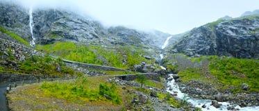 Waterval op Trollstigen (de sleeplijnstappen), Noorwegen Royalty-vrije Stock Fotografie