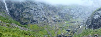 Waterval op Trollstigen (de sleeplijnstappen), Noorwegen Royalty-vrije Stock Afbeelding