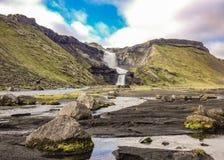 Waterval op twee niveaus Ofaerufoss in de grote spleet van vulkanische canion Eldgja in zonnig weer royalty-vrije stock afbeelding