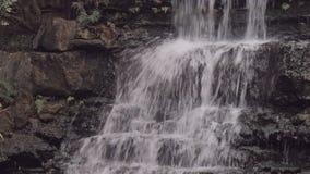 Waterval over gelaagde rots stock video