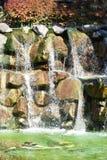 Waterval over rotsen Royalty-vrije Stock Afbeeldingen