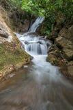 Waterval pha-Tak in diep regenwoud bij het Nationale park van Khao Laem Royalty-vrije Stock Foto's