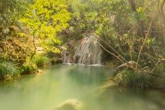 Waterval in Polilimnio in Griekenland Een toeristische bestemming stock foto's