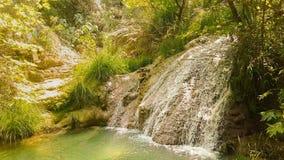 Waterval in Polilimnio in Griekenland Een toeristische bestemming stock videobeelden
