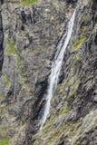 Waterval in rotsachtige bergen, Noorwegen Stock Foto