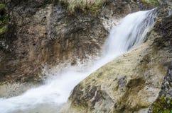 Waterval in rotsachtige canion in Mala Fatra NP, Slowakije Stock Afbeeldingen