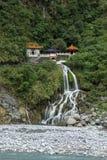 Waterval, rotsachtige rivier en Eeuwig de Lenteheiligdom in Taroko, Taiwan Stock Foto's