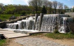 Waterval in stedelijke parkland minsk wit-rusland stock foto's
