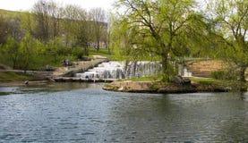 Waterval in stedelijke parkland minsk wit-rusland stock foto