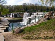 Waterval in stedelijke parkland minsk wit-rusland stock afbeeldingen