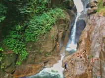 Waterval Suntuari Ikan Sungai Chiling Kuala Kubu Bharu Malaysia stock foto's