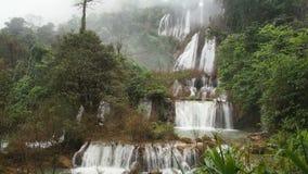 Waterval T-stuk-lor-su in Thailand stock footage