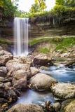 Waterval tijdens de herfst Stock Afbeelding