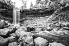 Waterval tijdens de herfst Stock Foto's