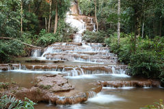 Waterval in tropisch bos bij, Thailand Stock Foto's