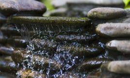 Waterval tussen de rotsen Royalty-vrije Stock Fotografie
