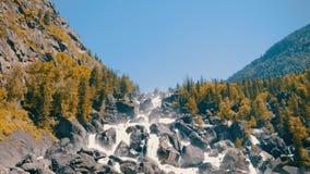 Waterval uchar in de bergen van Altay stock videobeelden
