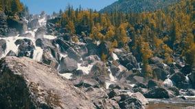 Waterval uchar in de bergen van Altay stock footage