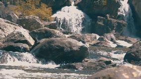 Waterval uchar in de bergen van Altay stock video