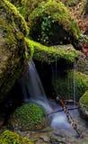 Waterval van een stroom in de Toscaanse bergen royalty-vrije stock afbeeldingen