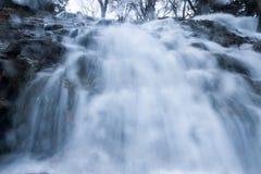 Waterval vanuit laag perspectief Stock Foto