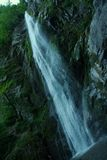 Waterval, water in de rotsen royalty-vrije stock afbeelding