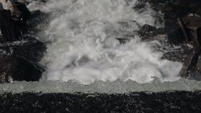 Watervalachtergrond in langzame motie stock videobeelden