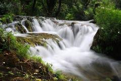 Watervalcascade van dichte mening Stock Foto's