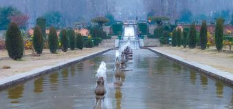 Watervalfontein in liefdetuin in Kashmir stock fotografie