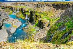 Watervallen binnen van Sigoldugljufur-canion stock foto's