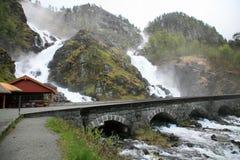 Watervallen boven brug Stock Afbeelding