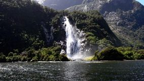 Watervallen in Correcte fiord NZ van Milford stock videobeelden