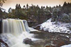 Watervallen in de bergen in de winter Stock Foto