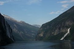 Watervallen in de Geiranger-Fjord royalty-vrije stock afbeelding