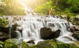Watervallen in de wildernissen van Thailand in regenachtig seizoen royalty-vrije stock fotografie
