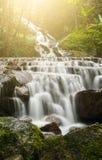 Watervallen in de wildernissen van Thailand in regenachtig seizoen stock fotografie