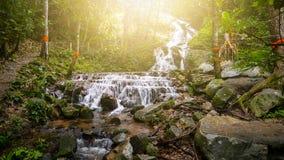 Watervallen in de wildernissen van Thailand in regenachtig seizoen royalty-vrije stock foto's