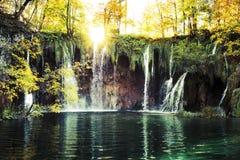 Watervallen in de zonneschijn Royalty-vrije Stock Afbeelding