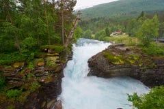 Watervallen en mooie bergrivieren van Noorwegen Stock Fotografie